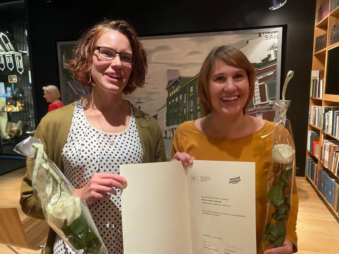 Media & viestintä -lehden päätoimittajat Jenni Mäenpää ja Laura Ahva vastaanottavat Tiedettä suomeksi -palkinnonpalkinnon